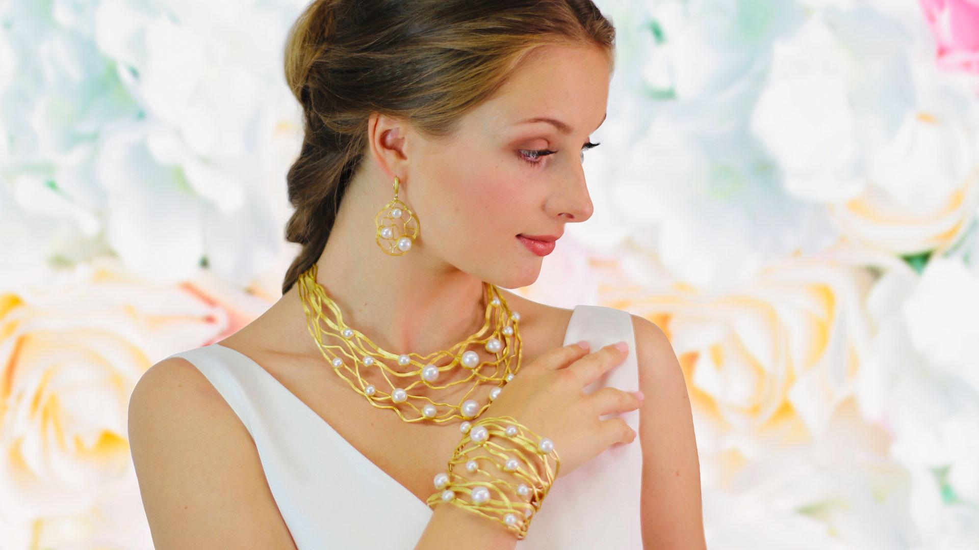 Goldene Halskette und Armband mit Perlen